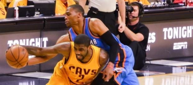 Westbrook e Irving pelean por un balón