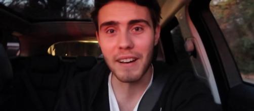 Alfie Deyes no vídeo em que mostra o seu novo carro