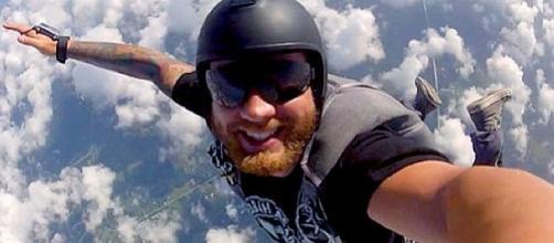 As pessoas tem corrido os riscos mais loucos na busca da melhor selfie, alguns se dão bem, outros, nem tanto (reprodução: web)
