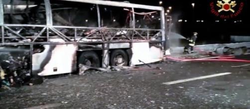 I ragazzi sopravvissuti hanno visto morire i compagni di classe bruciati vivi. Foto: vigili del fuoco