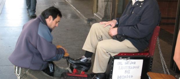 Polityk PO czyści buty politykowi PiS w Madrycie