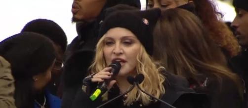 La regina del pop partecipa alla marcia delle donne contro Trump a suon di parolacce. Foto: youtube