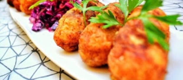 Croquetas de patatas con ensalada de lombarda