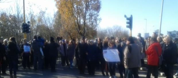 I cittadini bloccano via dei Romagnoli durante la manifestazione