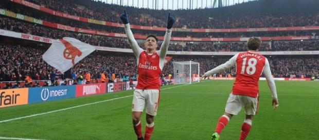 Sánchez converte penalidade e leva Emirates à loucura