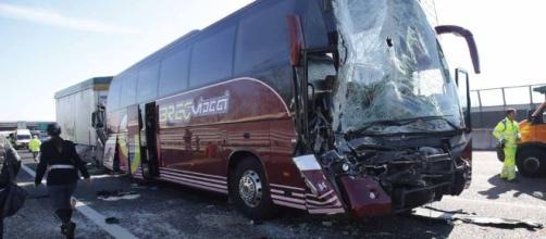 Incidente sulla A4, camion contro pullman con una scolaresca a ... - oggi.it