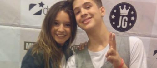 João Guilherme e Kiria Malheiros se abraçaram no camarim para as fotos