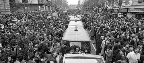 Los coches fúnebres con los ataúdes de las víctimas de la matanza de Atocha recorrieron las llenísimas calles de Madrid en enero de 1977.