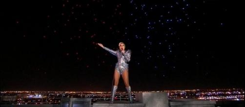 Momento em que Lady Gaga canta no teto do Super Bowl