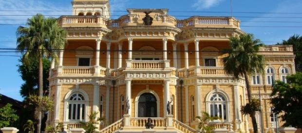 Casarão antigo, construído no período áureo da cidade, no centro Manaus. Janeiro 2017 - blogspot.com