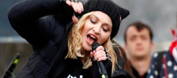 """Madonna faz discurso inflamado em protesto das mulheres nos EUA contra Donald Trump, e diz que já teve vontade de """"explodir a casa branca""""."""