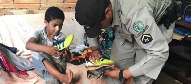 PM ajuda menino a calçar tênis