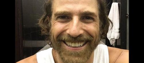 Em foto no Instagram, ator mostra sua felicidade estampada no sorriso
