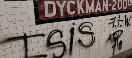 Il graffito inneggiante all'Isis nella metropolitana di New York (foto New York post)