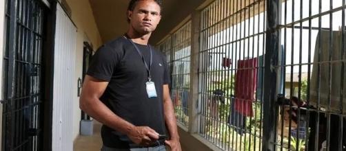 O jogador passa o dia exercendo os serviços delegados a ele, além disso, cuida de sua cela e de outras colegas.