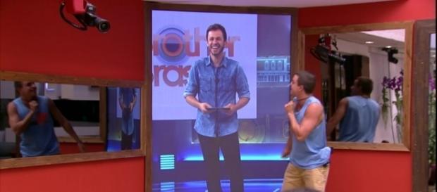 Em um telão de tamanho real, Tiago Leifert faz a primeira interação ao vivo com a casa do BBB (foto: reprodução de vídeo)