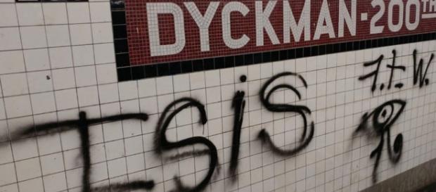 Il graffito inneggiante all'Isis nella metropolitana di New York (foto New York post)