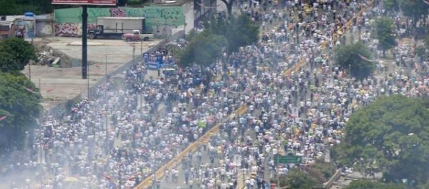 Policía reprime marcha opositora en Caracas   El Nuevo Herald - elnuevoherald.com
