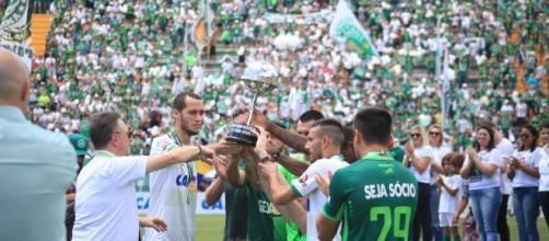 Jogadores da Chapecoense sobreviventes da queda do voo da Lamia erguem a Copa Sul-Americana