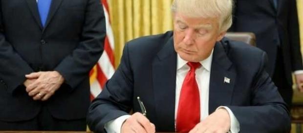 """Președintele Donald Trump va semna ordinul de construire a zidului la granița cu Mexicul și va interzice imigranții proveniți din """"țările periculoase"""""""
