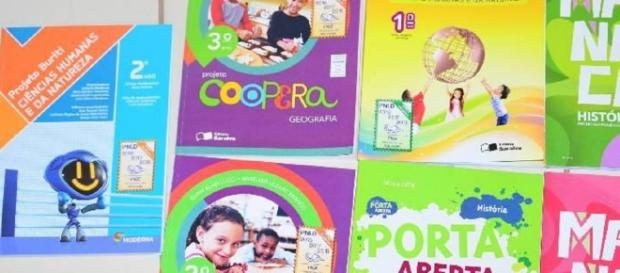 Prefeitura de Ariquemes, RO, decide suprimir conteúdo sobre educação sexual dos livros didáticos.