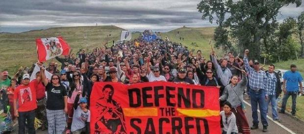 Una delle manifestazioni di protesta delle tribù native contro l'oleodotto