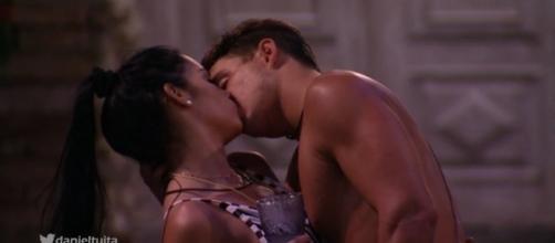Antônio e Mayara se beijaram durante a madrugada