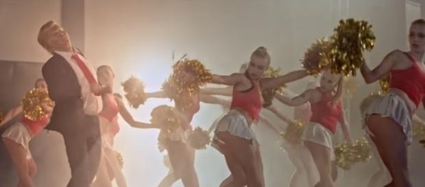 Donald Trump Parodie tanzt im mit heißen Cheerleadern / Fotos: Ego Italy; PMStudios