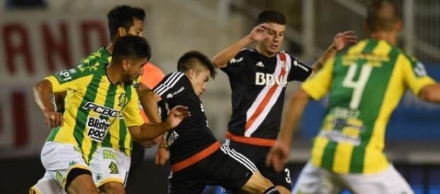 Moya y Andrade disputan la pelota con el mediocampo rival. Los dos juveniles fueron los encargados de generar el fútbol del equipo