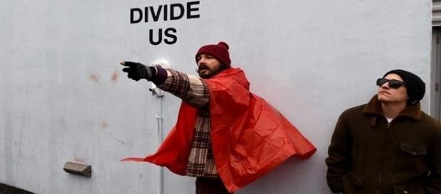 Na magem o ator se manifestando contra o governo atual.