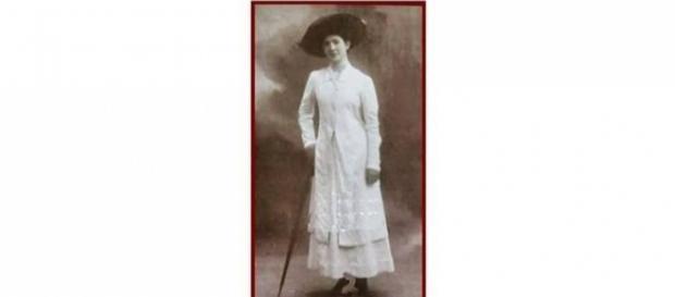 Nella locandina della mostra una foto giovanile di Enrica Calabresi