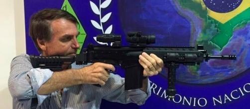 Deputado Jair Bolsonaro defende o direito de as pessoas terem uma arma em casa