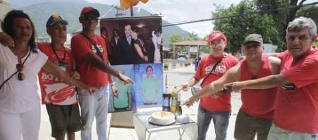 Com ironia, bombeiros levam bolo para Cabral