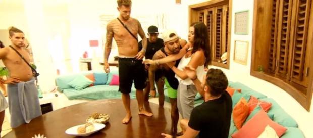 La Villa 2 - Anaïs Camizuli dérape et se jette sur Martika ! #Vidéo #BadBuzz