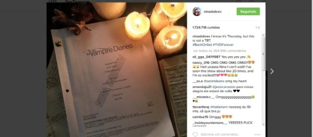 Nina Dobrev posta foto de roteiro de 'The Vampire Diaries' em seu instagram