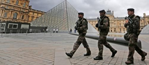 """Parigi: militare spara a presunto terrorista. """"Allah Akbar"""" l'urlo dell'uomo di fronte al Louvre"""
