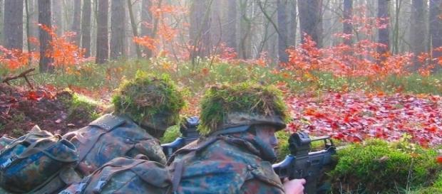 Deutsche Soldaten bei einer Übung. (Foto: Daniel Budde / Wikimedia Commons/ CC BY-SA 3.0 / Gesicht verfremdet)