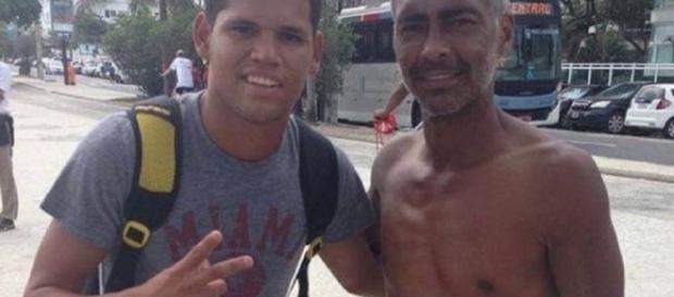Quase irreconhecível, Romário posta ao lado de fã e chama atenção pela magreza