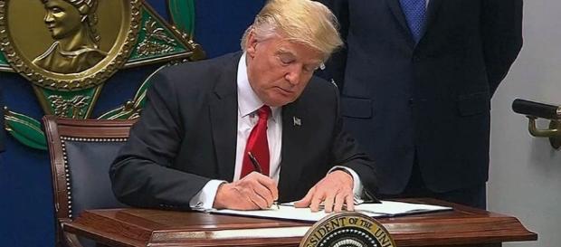 Radikaldekret: Präsident Trump verbietet Bürgern bestimmter Staaten die Einreise. (Fotoverantw./URG Suisse: Blasting.News Archiv)