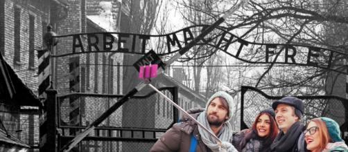 Come in un parco divertimenti: il selfie è pratica diffusa nelle visite ai lager nazisti. Lo svela un film appena uscito in Italia. Foto: The Forward