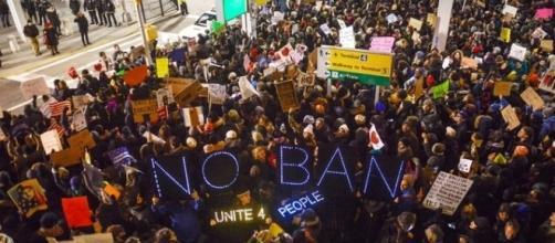 Una delle proteste pubbliche contro il decreto 'anti-islam' di Donald Trump