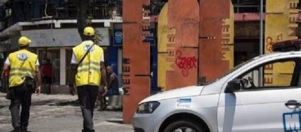 Agentes da operação Méier Presente na rua Dias da Cruz