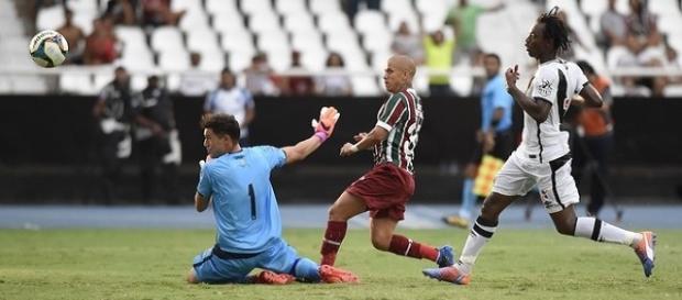 Com um belo toque, Marcos Júnior define a vitória do Flu sobre o Vasco no Engenhão (Foto: Globoesporte)