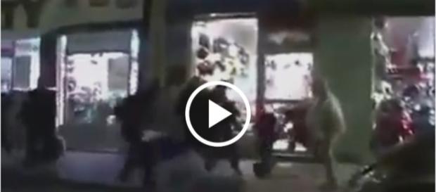Ulicami Paryża wstrząsnęła istna uliczna batalia między policją a imigrantami.