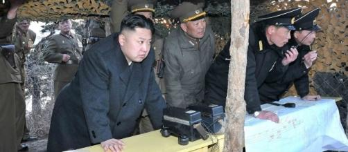 Kim Jong-un osserva il test di un ordigno nucleare.