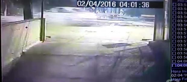 G1 - Vídeos mostram motorista fugindo após colisão durante racha ... - globo.com