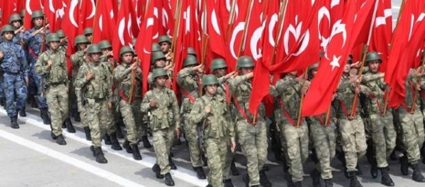 L'indebolimento dell'esercito e della polizia turca dopo le 'epurazioni' post-golpe