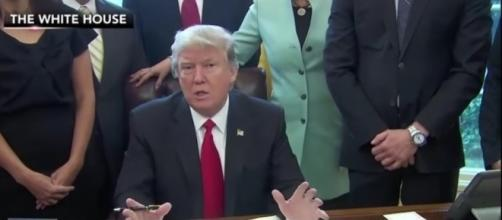 Trump reins in regulations in new order. Fox News (YouTube-Screenshot)