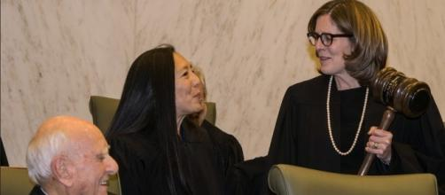 Una immagine sorridente del giudice Ann Donnelly