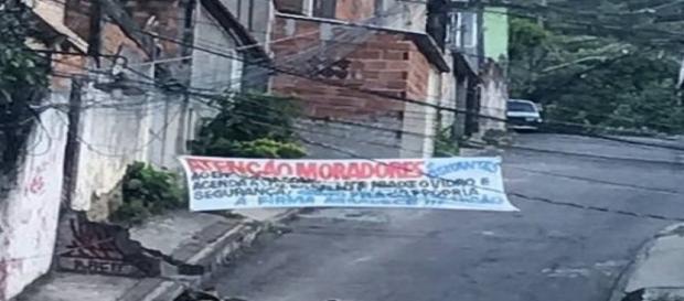 A faixa colocada por bandidos em rua da Praça Seca Foto: Jacarepaguá Notícias RJ / Reprodução